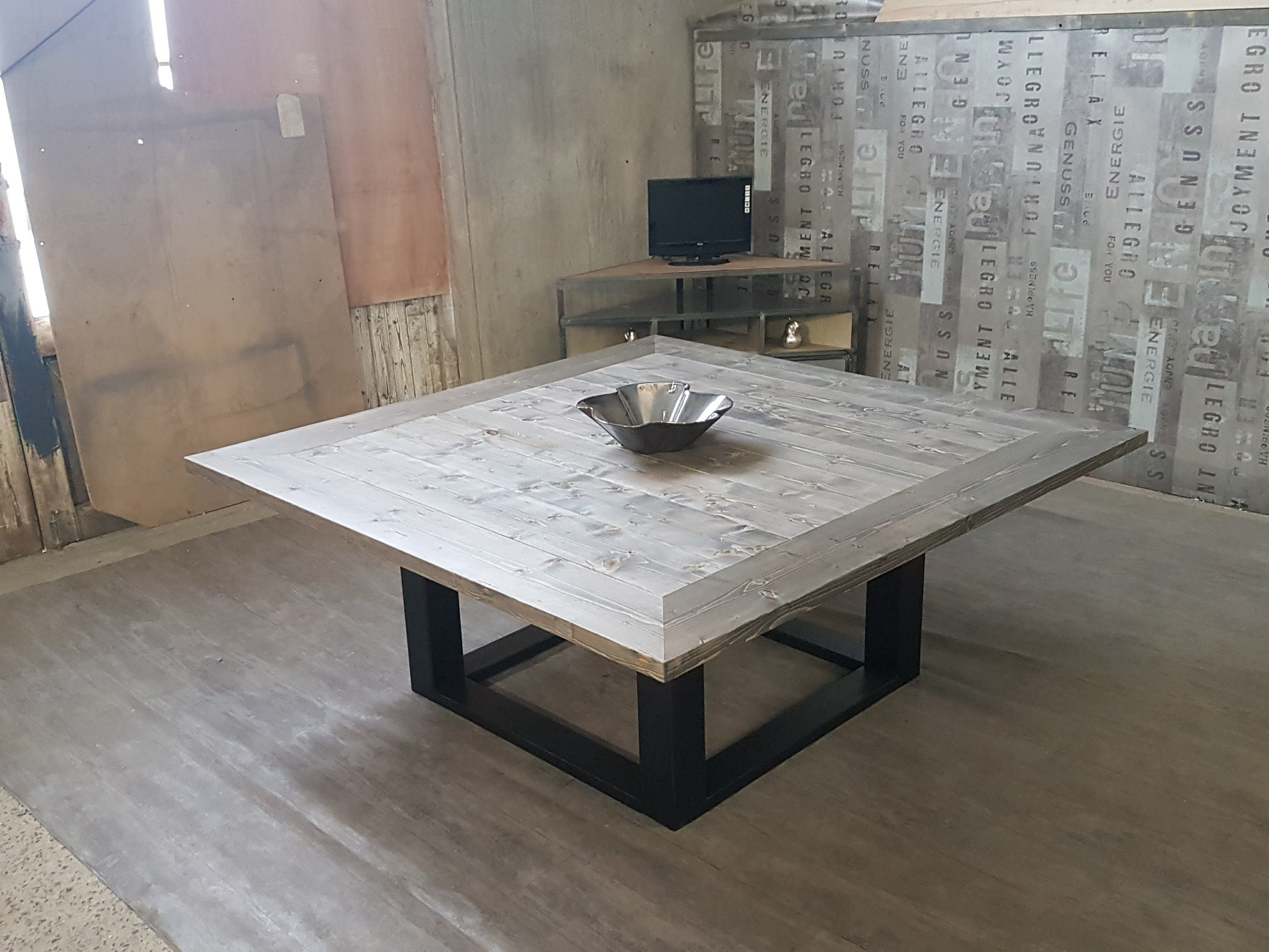 Emejing table salle a manger style atelier ideas for Table basse carree industrielle
