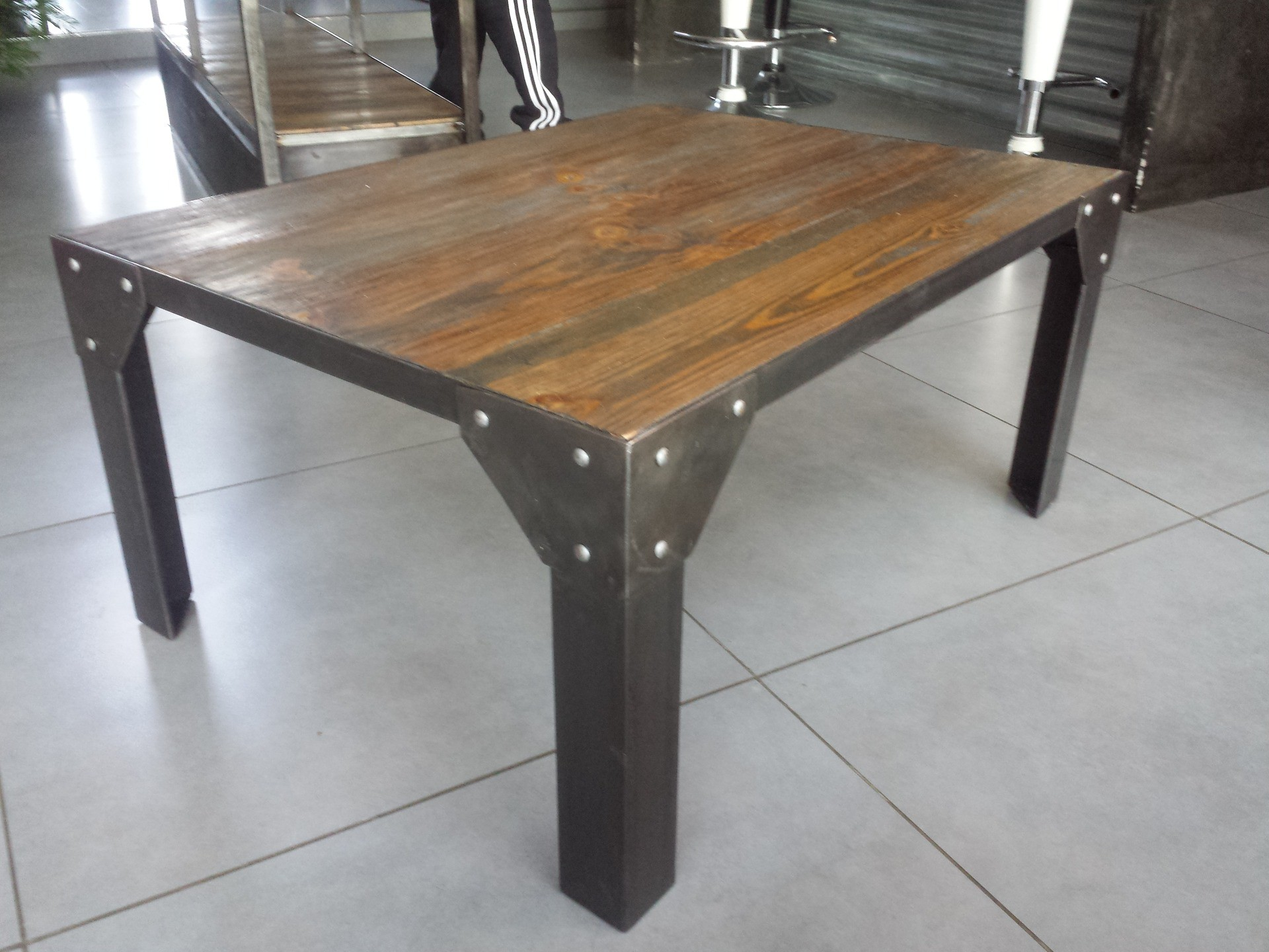 Table de salon industriel for Meuble salon bois metal